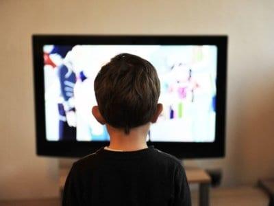 Zu viel Fernsehen macht Kinder dick & dumm