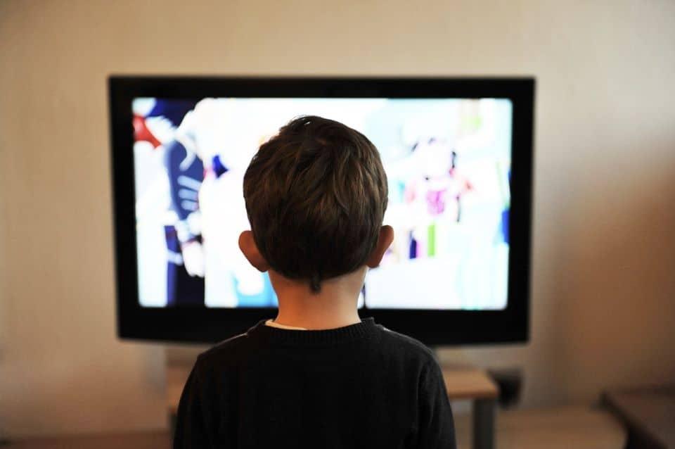 Zu viel Fernsehen macht Kinder dick und dumm