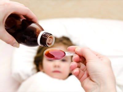Erschreckend: Viele Eltern geben ihren Kinder zu viele und vor allem falsche Medikamente