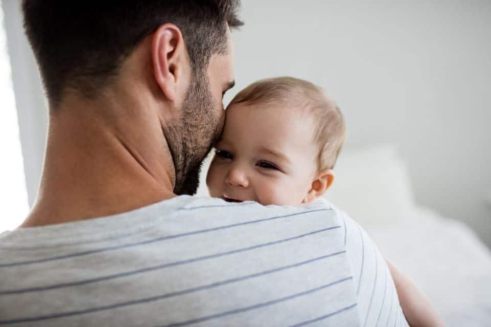 Von wegen Muttersprache: Kleinkinder lernen das Sprechen vom Vater
