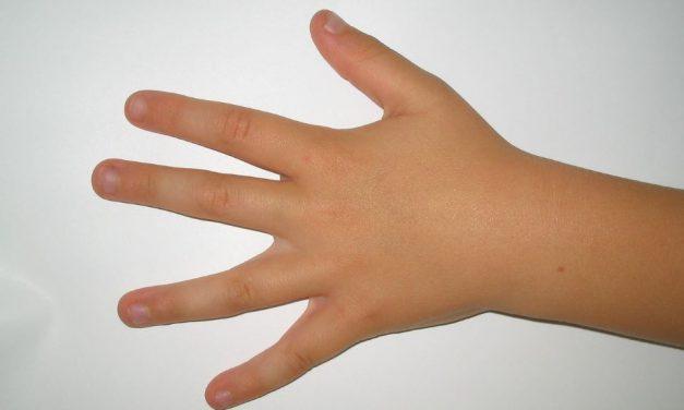 Fingernägelkauen bei Kindern: Lästig, aber meistens ungefährlich