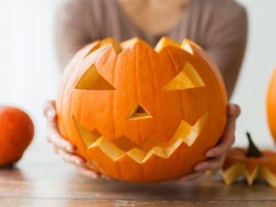 Halloween Kürbis aushöhlen und schnitzen