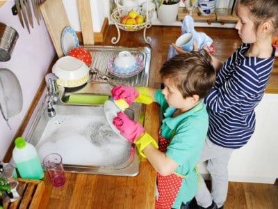 Welche Aufgaben können Kinder ab welchem Alter im Haushalt übernehmen?