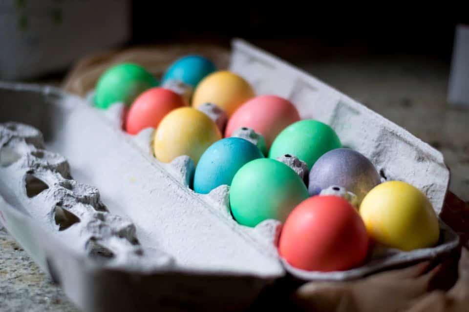 Viele bunte Ostereier: Welche Eierfarben sind unbedenklich?