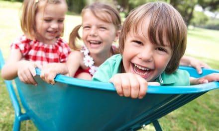 Zwischen Erstgeborenem und Nesthäkchen: Die Besonderheiten der Sandwichkinder
