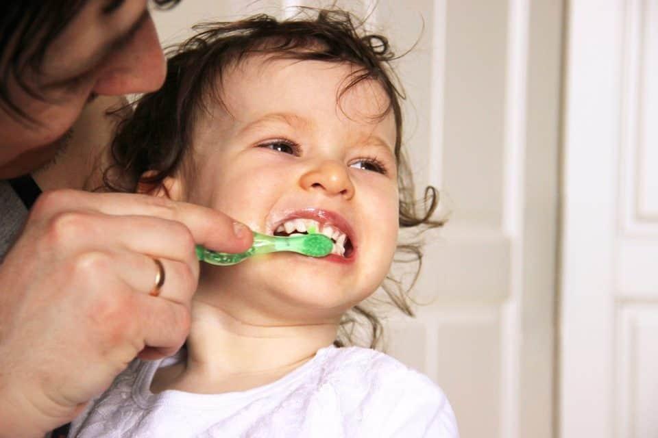 Wie Eltern Kinderzähne richtig pflegen