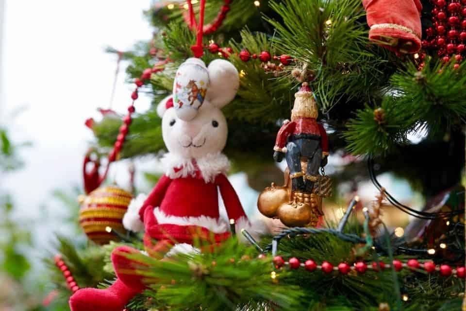 Kerzen, Kugeln, niedriges Gewicht – Das ist der Weihnachtsbaum für Kinder nicht