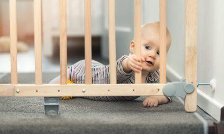 Das Treppenschutzgitter sorgt für mehr Sicherheit im Haus