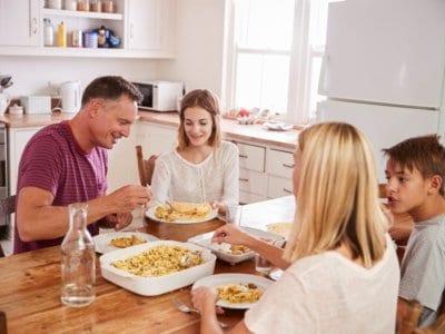 Gemeinsame Mahlzeiten mit der Familie schützen vor Alkohol-, Zigaretten- und Drogenkonsum