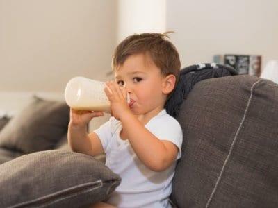 Nuckelflaschenkaries vermeiden: Kleinkinder früh aus Bechern trinken lassen