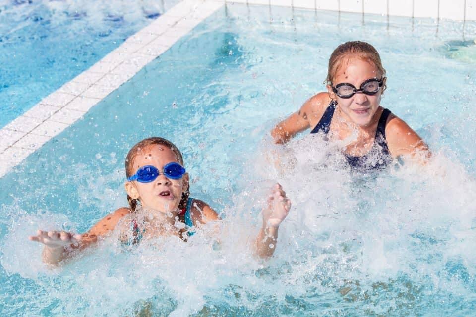 Schwimmbadbesuch mit der Familie
