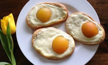 Backen für Ostern: Spiegeleier aus Hefeteig