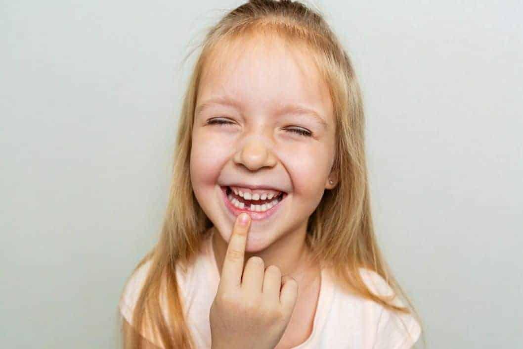 Wenn die Zahnfee kommt: Ein magischer Brauch. Mädchen mit Zahnlücke