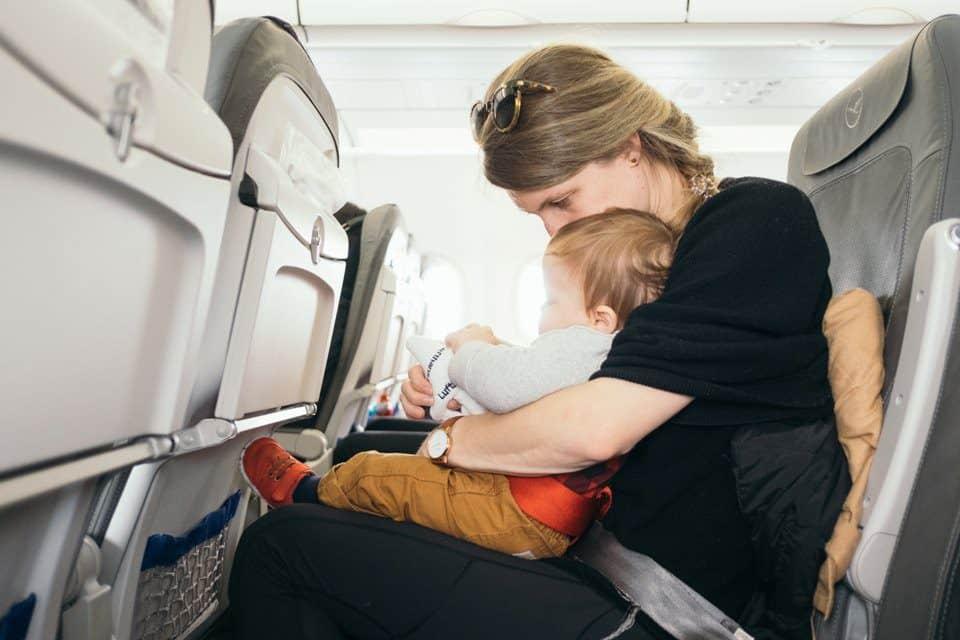 Fliegen mit Kindern: Was hilft gegen Ohrenschmerzen & Co.?