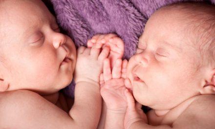 Zwillinge gehen schon im Mutterleib liebevoll miteinander um