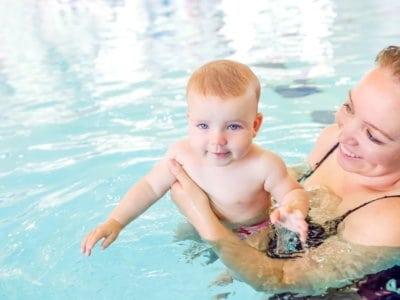 Babyschwimmen. Mutter und Baby im Swimmingpool.