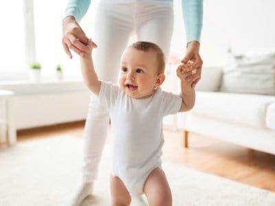 Lebensalter ca. 1 Jahr: Vom Baby zum Kleinkind, erste Schritte