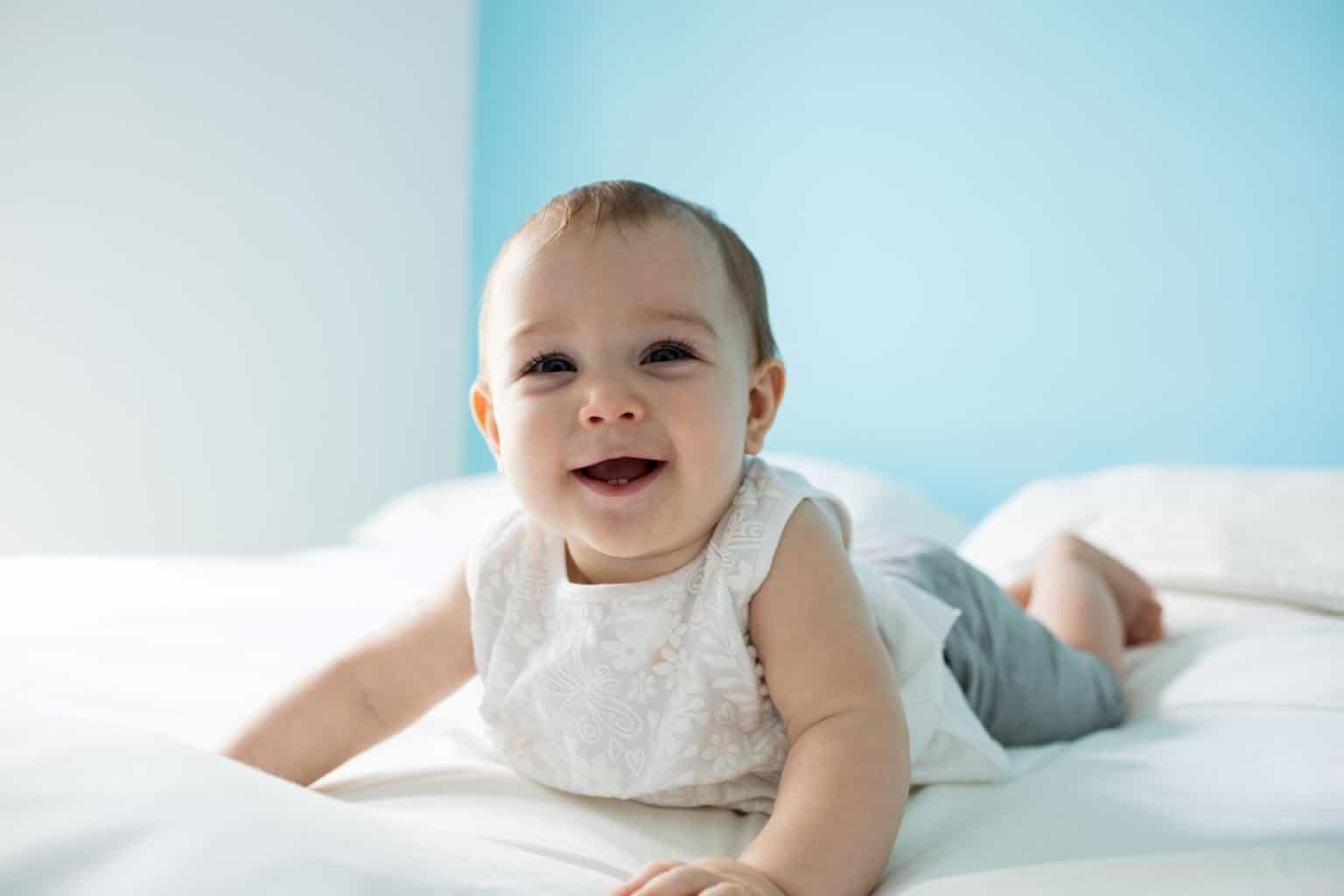 Wann heben Babys das erste Mal den Kopf?