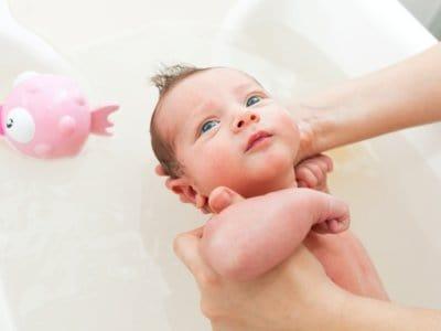 Babys Bad: Natürliche Badezusätze