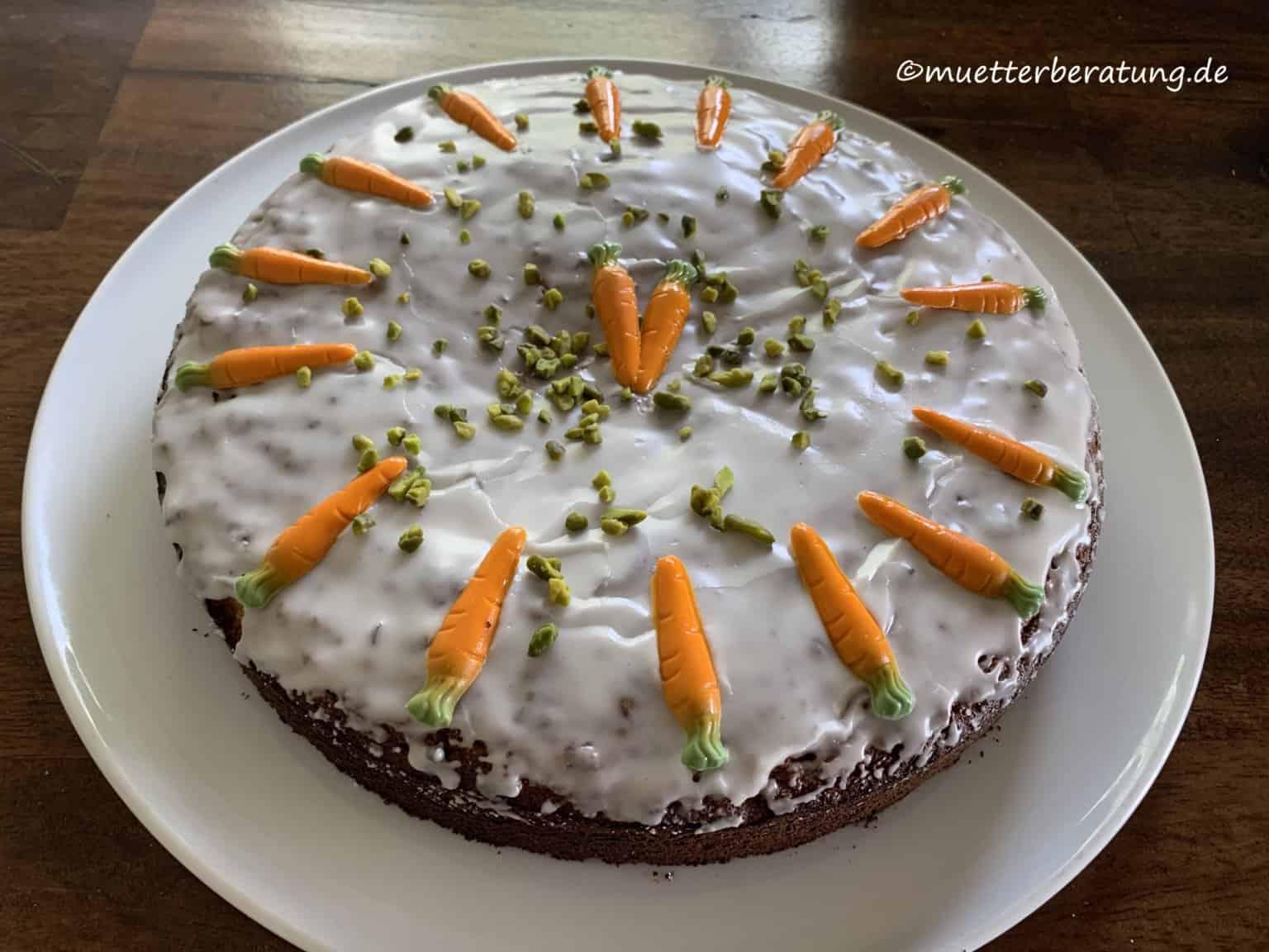 Rüblitorte: Rezept einfach und schnell. Rüblitorte mit Puderzuckerguß und Marzipan-Karotten
