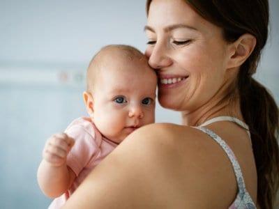Bäuerchen: Muss das Baby nach dem Trinken aufstoßen?