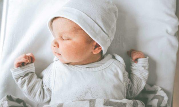 Baby zuckt im Schlaf: Was steckt hinter dem Phänomen?