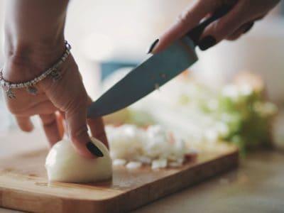 Ziebelsäckchen: Anwendung, Wirkung & Herstellung. Hausmittel bei Ohrenschmerzen.